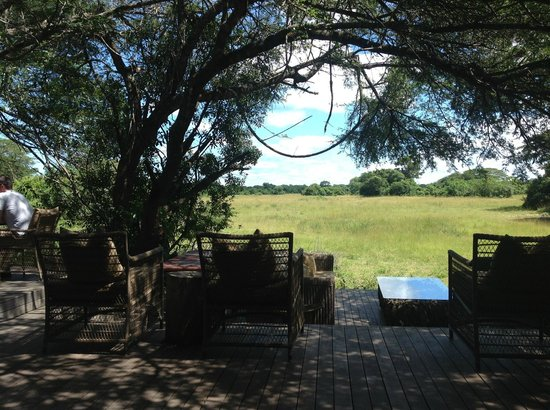 andBeyond Phinda Vlei Lodge: Main Lodge Terasse with view on the savana