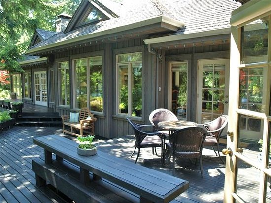 Dragonfly Dock Bed and Breakfast: Outer deck facing the lake
