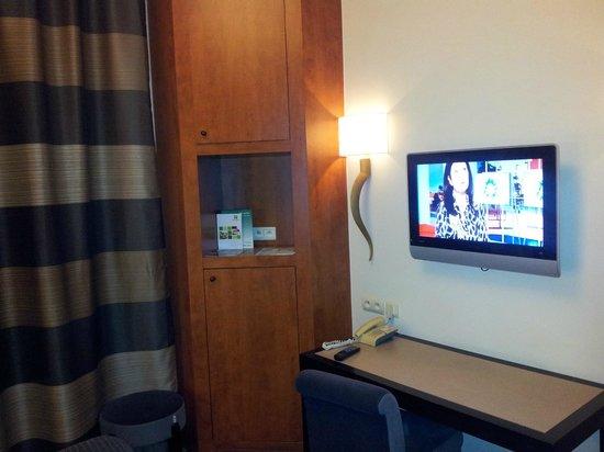 Holiday Inn Paris Gare de Lyon Bastille:                   Pequeño armario y televisión