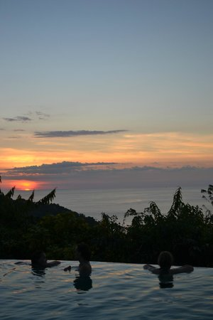 La Mariposa Hotel: Enjoy the sunset from in the pool
