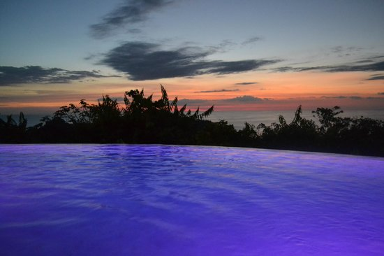 La Mariposa Hotel: Luminescent pool after dark