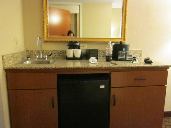 Embassy Suites by Hilton Austin Arboretum: Wet Bar With Minifridge and Microwave