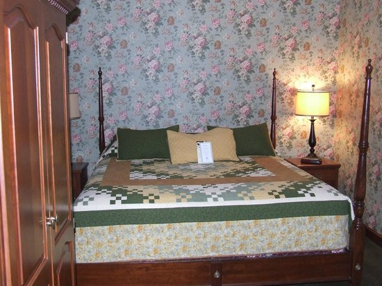 Carlisle Inn:                   Bedroom