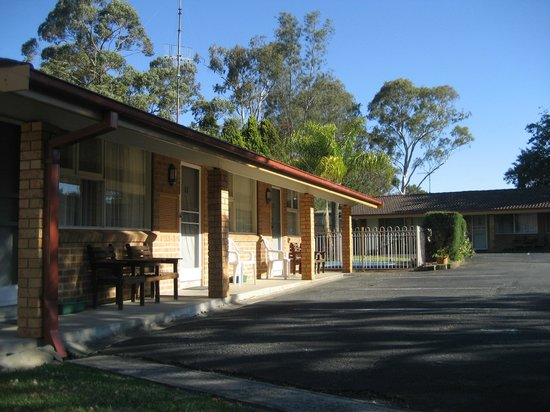 Central Coast Motel: Under Cover Balcony/Seating Area & Courtyard
