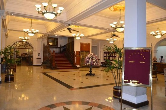 Queen's Hotel: Hotel Lobby