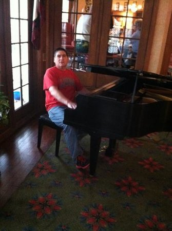 Cherry Valley Lodge: lobby piano