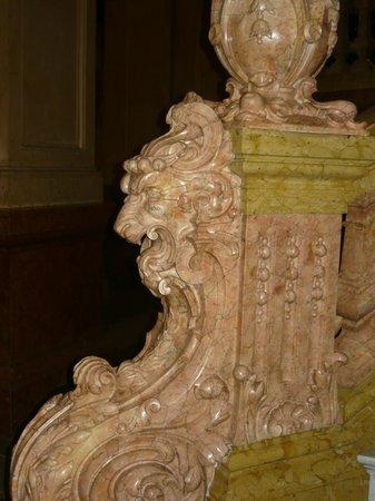 Teatro Colon: Detalle de una de las escaleras de granito rosa