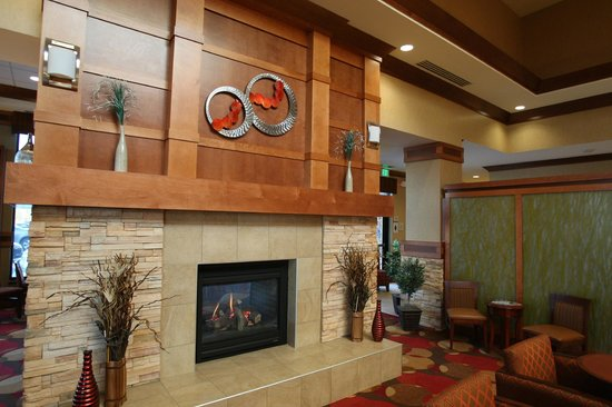 Hilton Garden Inn Milwaukee Airport:                   Detaisl of the beauty of the lobby