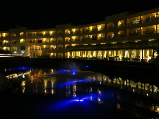 Hacienda Tres Rios: Hotel at night