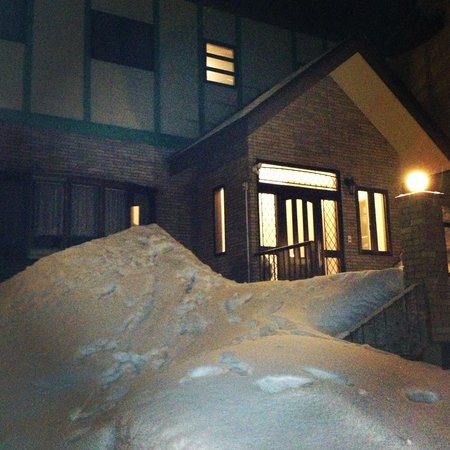 Seventh Heaven Hakuba :                   Front of lodge