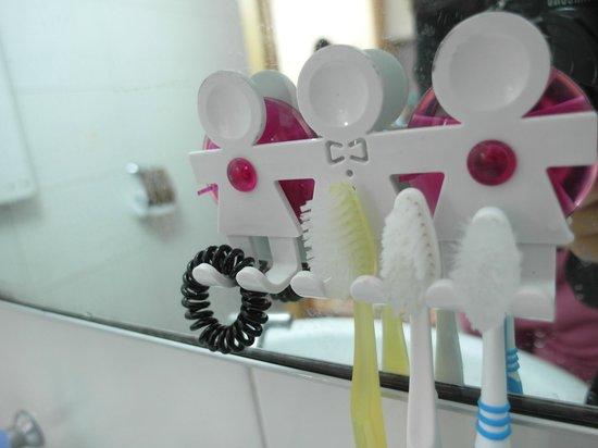 Hongdae JK House :                   浴室的牙刷架超級可愛的啦!
