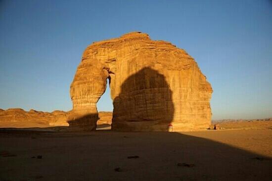 """Madain Saleh Tombs:  Skała """"Slonia"""" w pobliżu Madain Saleh / The Elephant Rock near Madain Saleh"""