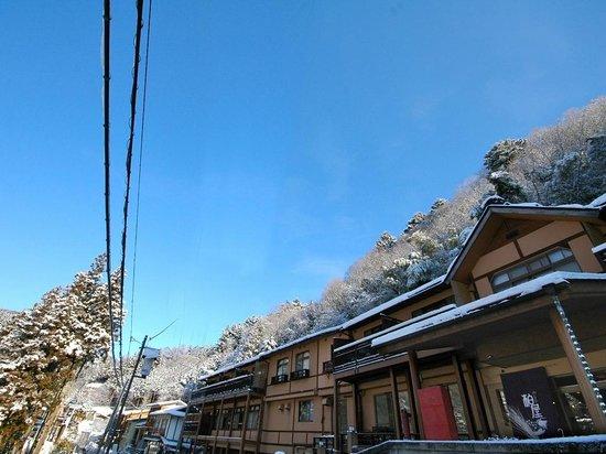 Shima Onsen Kashiwaya Ryokan: Exterior in winter