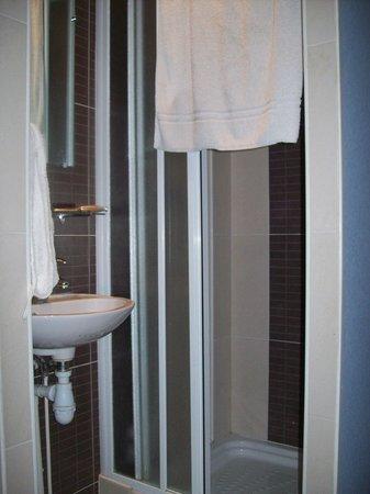 Caulaincourt Square Hostel: baño