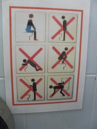 Lanta House : Toilet instuctions (bottom left, no fishing???)
