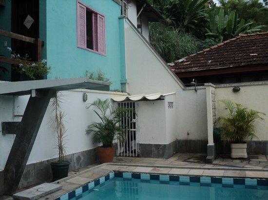 Rio Hostel & Suites Santa Teresa:                   terraza. pileta de día