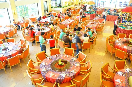 Grand Menseng Hotel: Have lunch or dinner buffet at our Le Grandeur Café.
