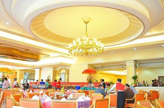 Grand Menseng Hotel: Enjoy our friendly service at Le Grandeur Café.