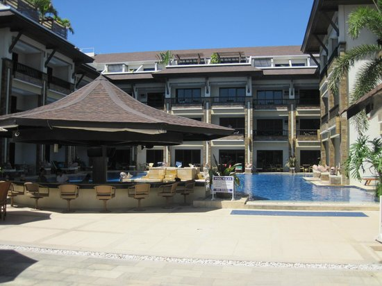 Henann Regency Resort & Spa:                   Swimming pool including the bar and the Jacuzzi
