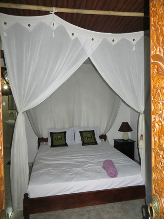 Geria Giri Shanti Bungalows:                   This is the lovely bed I had!