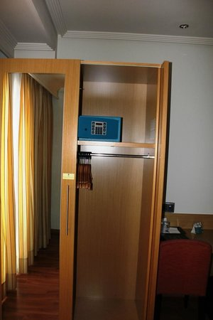 Abba Rambla Hotel: Closet and safe