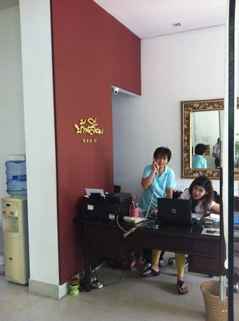 Baan Silom Soi 3: Reception desk. Lady on left hardly speaks English, pretty lady on right speaks good English. Th