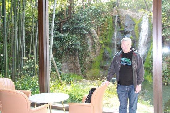 RIHGA Royal Hotel Osaka:                   водопад за стеклом в лобби                 
