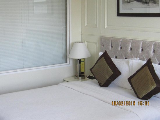 Silverland Jolie Hotel & Spa: Bed with adjacent bathroom window