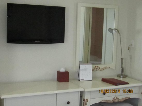 Silverland Jolie Hotel & Spa: TV, table with study lamp