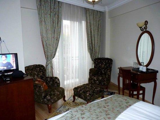 Basileus Hotel: butacas y balcon