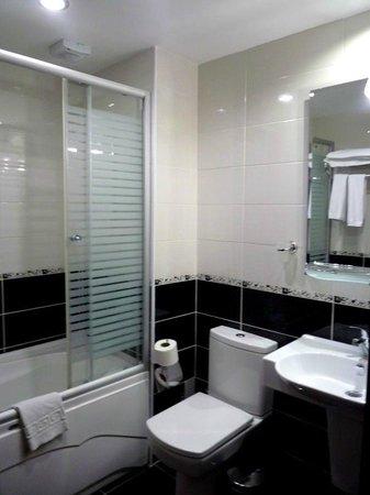 باسيليوس هوتل: Baño con bañera