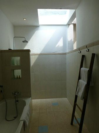 Artemis Villa and Hotel:                   Bath room-very very nice part of open air shower...