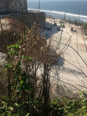 โรงแรมบันยันทรี อังกาซัน:                   Photo of the quarry from the end of our villa garden