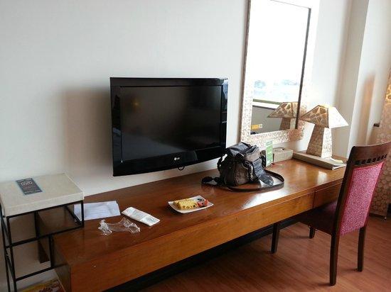 บานาน่า อินน์ โฮเต็ล แอนด์ สปา:                   flat TV and desk