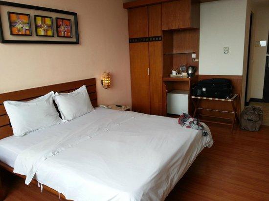 บานาน่า อินน์ โฮเต็ล แอนด์ สปา:                   comfy bed, wardrob, tea/cofee maker, refrigrator, in room safe