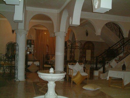 Dar Loubna :                   l'entrée et l'escalier montant aux chambres et terrasse