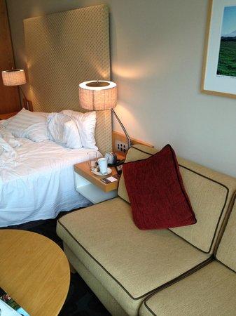 โรงแรมสกายซิตี้ แกรนด์: Sofa in the room