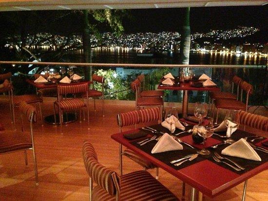 Tonys Asian Bistro : Vista a la Bahia de Acapulco desde Tony's