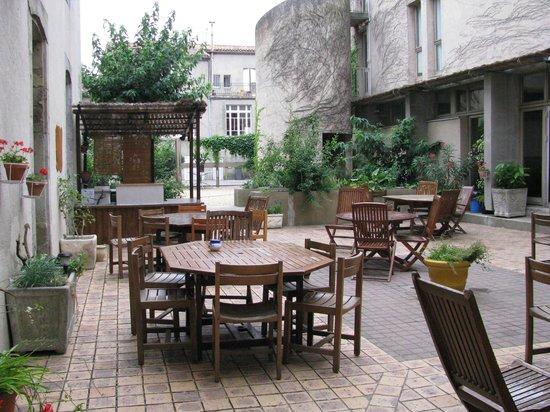 Auberge de Jeunesse Hi Carcassonne:                   le patio de l'auberge de jeunesse