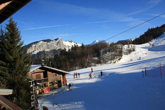 Hôtel Le Christania :                   l'école de ski depuis la chambre