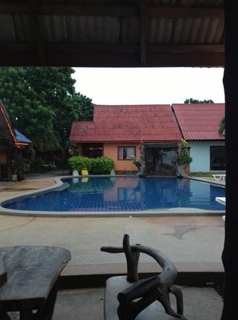 Lanta New Beach Bungalows:                   la piscina