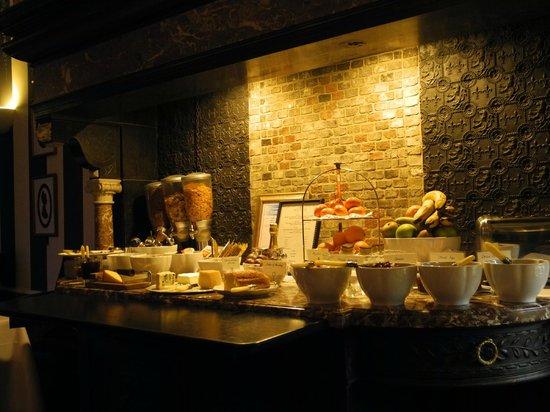 Hotel De Tuilerieen:                   un des buffets du petit déjeuner