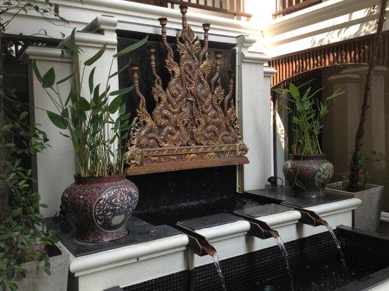 De Naga Hotel:                   courtyard