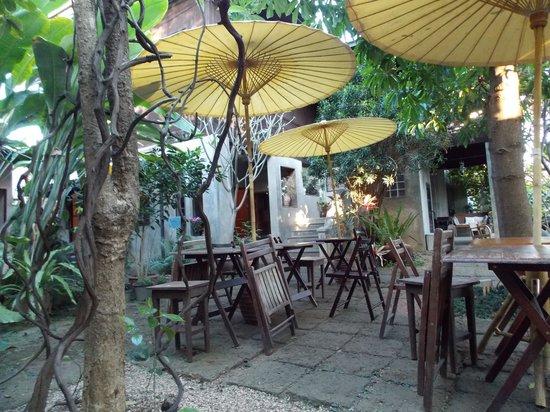 Baan Hanibah:                   Le jardin pour prendre le petit dej