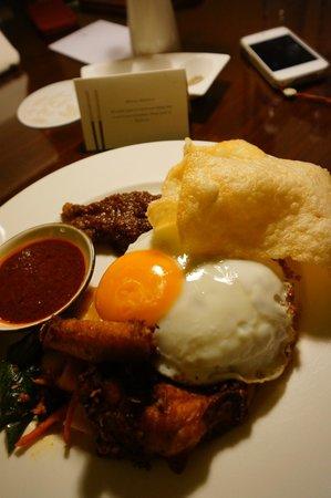 Four Seasons Hotel Singapore:                   真夜中のルームサービス