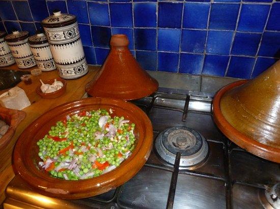 Kasbah ISWAN :                                                       préparation d'une tagine