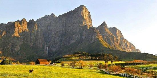 فرانشويك, جنوب أفريقيا:                                     Franschhoek Wine Valley mountains                         