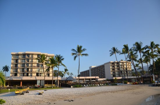 Courtyard by Marriott King Kamehameha's Kona Beach Hotel:                   ビーチ側から見たホテル