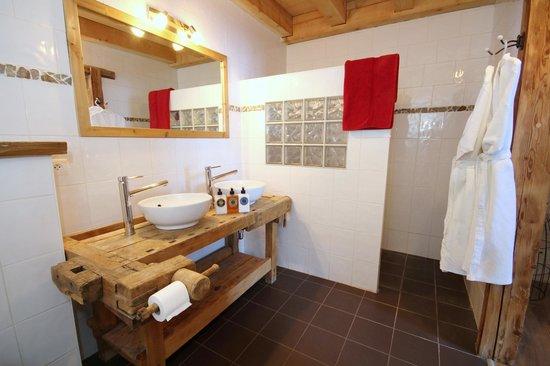 Mountain Mavericks Chalet Le Prele: Le Prele Morzine Bathroom
