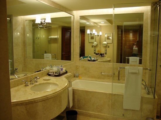 Conrad Centennial Singapore: Bathroom